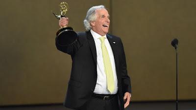 """Foto de Henry Winkler Venceu Seu Primeiro Emmy: """"Eu Escrevi Isso (Fala) 43 anos Atrás"""""""