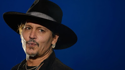 Foto de Johnny Depp Faz Parceria com Andrea Iervolino em Adaptação de À ESPERA DOS BÁRBAROS
